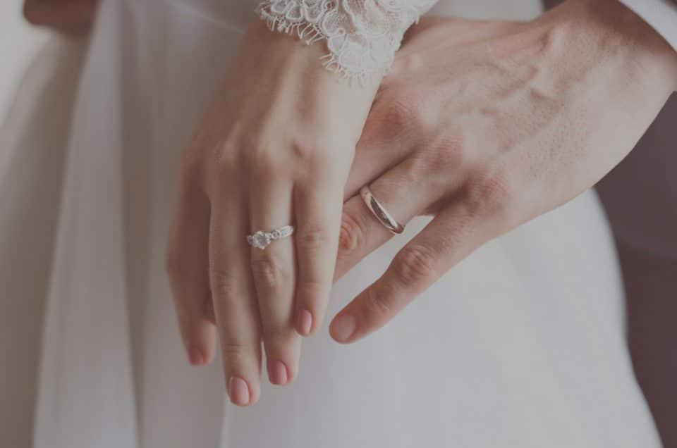 Où mettre la bague de fiançaille après le mariage ?