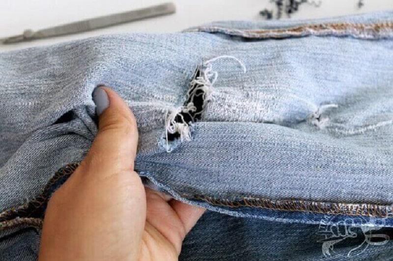 Comment réparer un jean troué au genou sans machine?